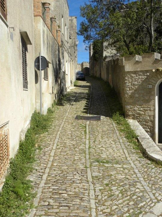erice sizilien ferien information villa ferienhaus strasse altstadt berg