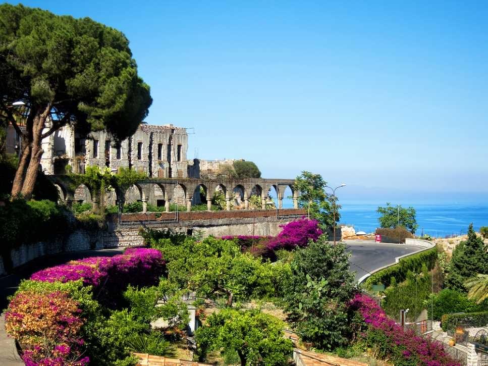 taormina panorama grichische ruinen sizilien ferien guide sizilianische städte