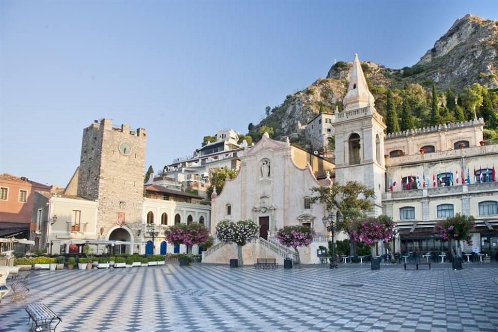 taormina piazza duomo sehenswürdigkeit sizilien ferien guide sizilianische städte