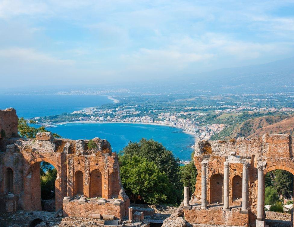 sizilien ferien guide kunst kultur taormina amphietheater panorama aufführungen theater grichisch